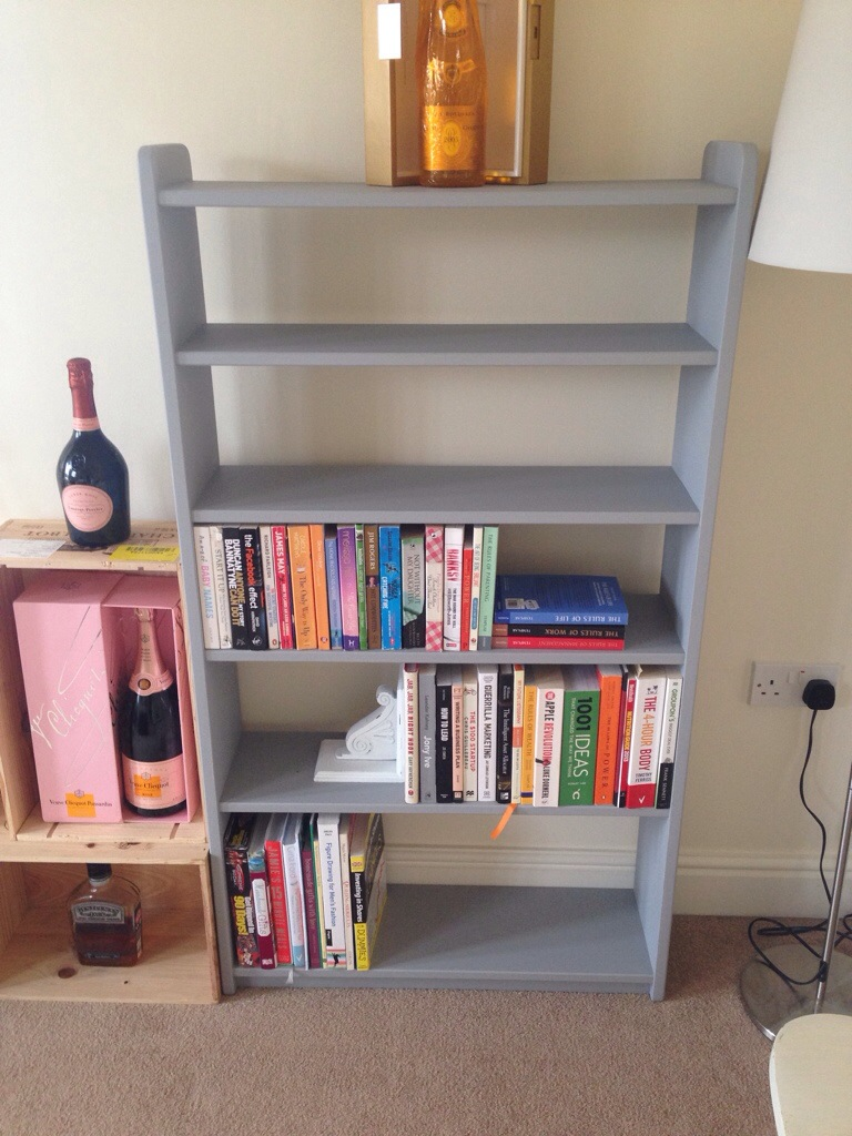 DIY bookshelf – Wishing Well Grey Dulux paint